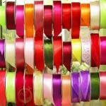 Ассортимент упаковочных материалов в цветочном магазине. (Ленты)