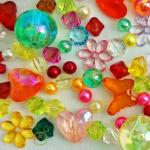 Ассортимент упаковочных материалов в цветочном магазине. (Бусины и мелкая фурнитура)