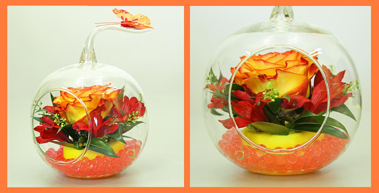 Композиция из цветов в стеклянном яблоке