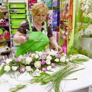 Флористическая стойка должна быть просторной (Надежда Борисовна делает свадебную композицию)