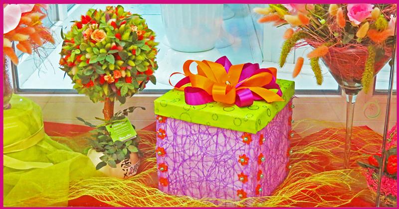 Подарочкая коробочка как украшение витрины